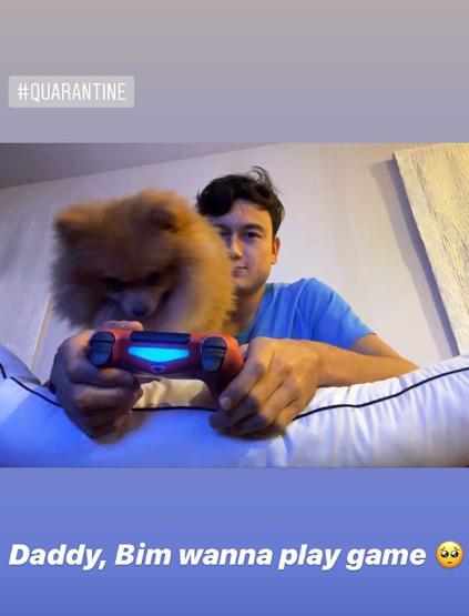 """Ở nhà một mình mà không có Yến Xuân, Văn Lâm ôm cún cưng chơi game """"qua ngày"""" nghỉ vì dịch - Ảnh 1."""