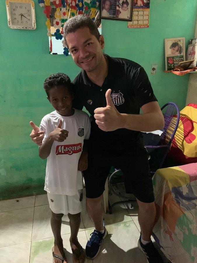 Ghi siêu phẩm khó tin rồi ăn mừng như Ronaldo, cậu bé Brazil gây sốt MXH và nhanh chóng nhận được lời đề nghị có thể giúp đổi đời - Ảnh 2.