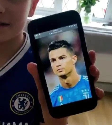 Fan nhí bị troll cực gắt vì muốn được đẹp trai, tóc tai vuốt vuốt như Ronaldo - Ảnh 2.