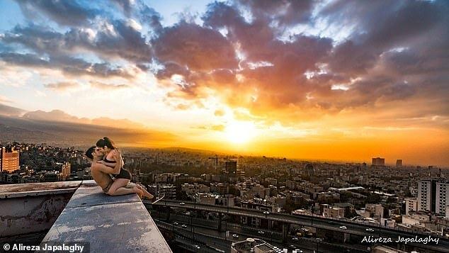 VĐV Iran bị bỏ tù vì mải mê khóa môi người đẹp trên tòa tháp chọc trời - Ảnh 2.
