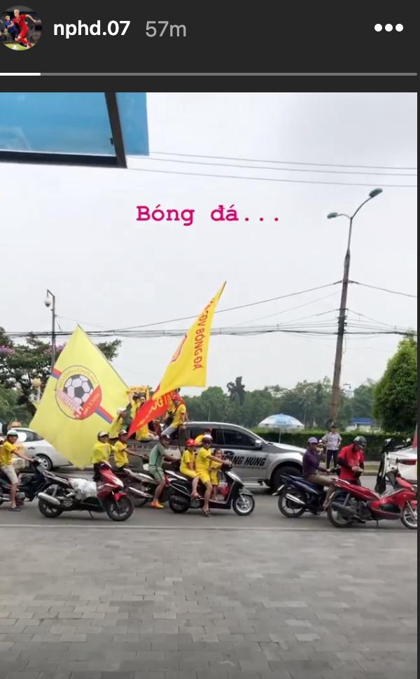 Sao HAGL thích thú khi thấy cổ động Nam Định diễu hành từ sáng trước trận cầu đặc biệt - Ảnh 1.