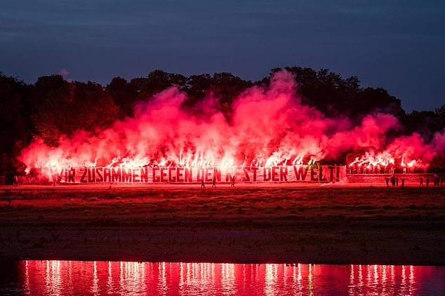 Fan cứng đốt pháo hoa đỏ rực một góc trời chào mừng các cầu thủ trở lại nhưng phải nhận cái kết không viên mãn - Ảnh 3.
