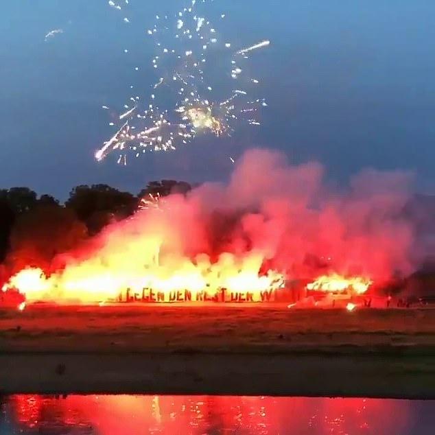 Fan cứng đốt pháo hoa đỏ rực một góc trời chào mừng các cầu thủ trở lại nhưng phải nhận cái kết không viên mãn - Ảnh 2.
