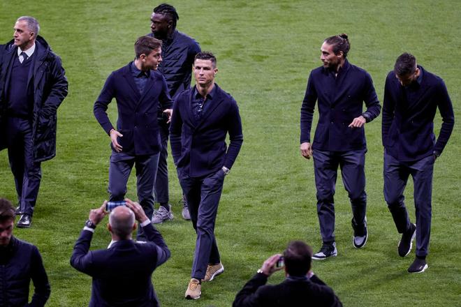 Choáng với mức lương thật sự của Ronaldo ở Juventus: Một tiếng kiếm gần 100 triệu đồng, cao hơn tất cả sao sáng nhất của đội cộng lại - Ảnh 2.