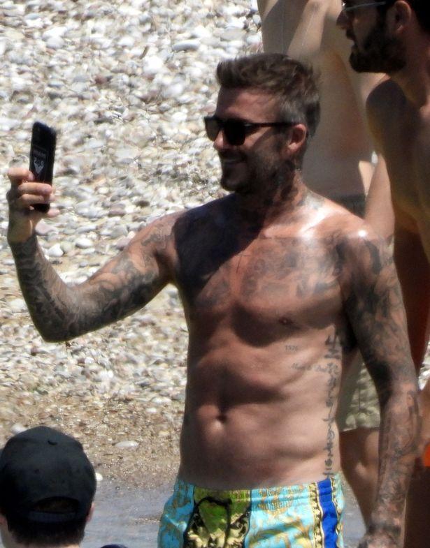 David Beckham nổi bần bật với body căng đét khi ra biển cùng dàn quý tử nhưng gây chú ý nhất lại là chiếc quần bơi sặc sỡ có giá 11 triệu đồng - Ảnh 1.