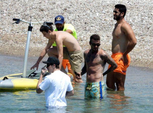 David Beckham nổi bần bật với body căng đét khi ra biển cùng dàn quý tử nhưng gây chú ý nhất lại là chiếc quần bơi sặc sỡ có giá 11 triệu đồng - Ảnh 3.
