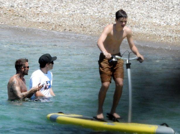 David Beckham nổi bần bật với body căng đét khi ra biển cùng dàn quý tử nhưng gây chú ý nhất lại là chiếc quần bơi sặc sỡ có giá 11 triệu đồng - Ảnh 4.