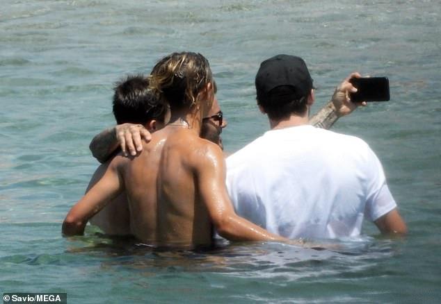 David Beckham nổi bần bật với body căng đét khi ra biển cùng dàn quý tử nhưng gây chú ý nhất lại là chiếc quần bơi sặc sỡ có giá 11 triệu đồng - Ảnh 7.