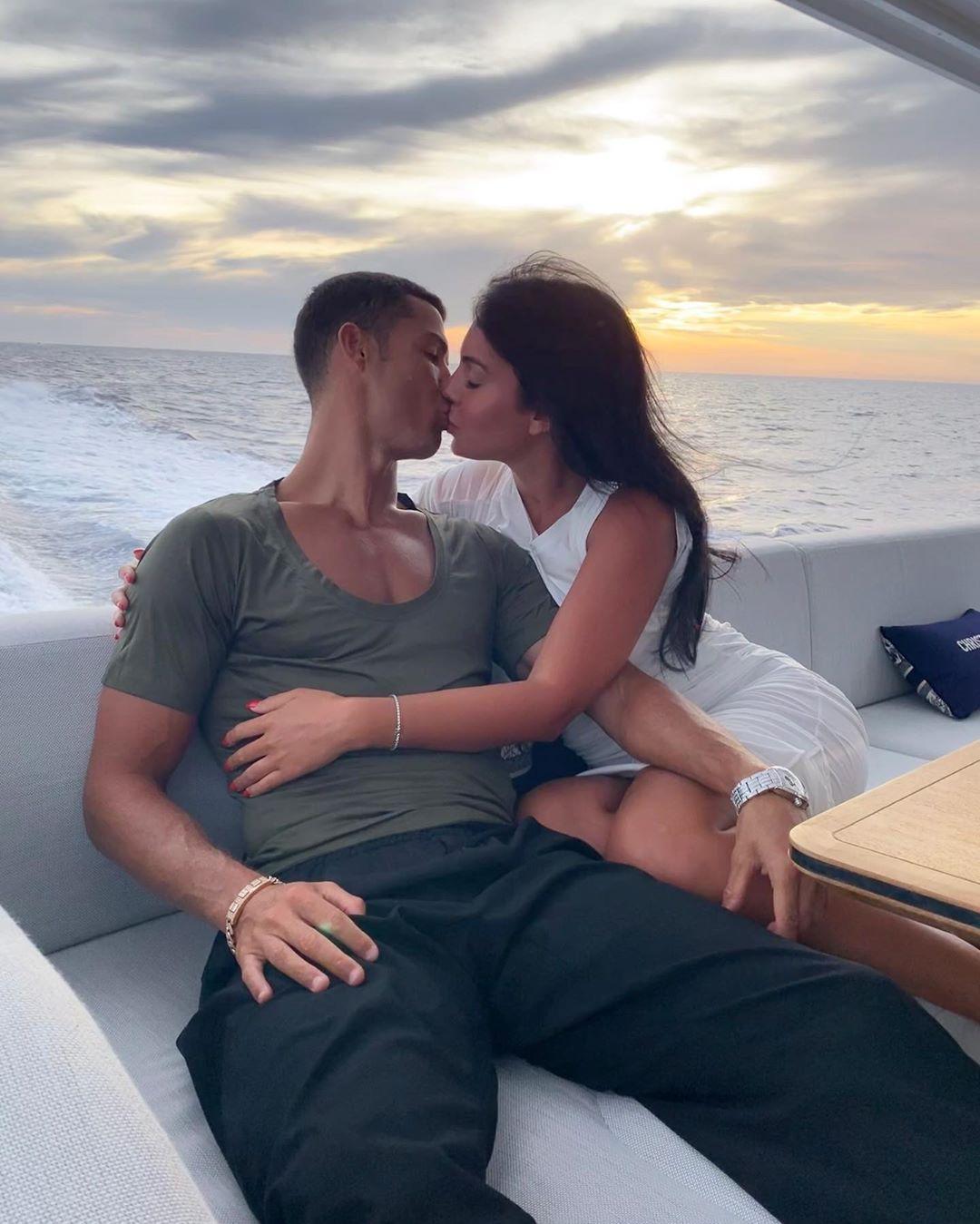 Nghi vấn Ronaldo đã cầu hôn Georgina sau khi cô nàng đăng ảnh đeo nhẫn ở ngón áp út kèm lời nhắn: Đồng ý - Ảnh 4.