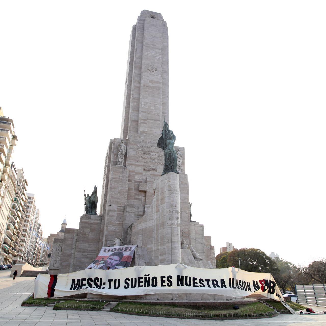 Fan tổ chức diễu hành, mời Messi trở về Argentina khoác áo đội bóng cũ - Ảnh 2.