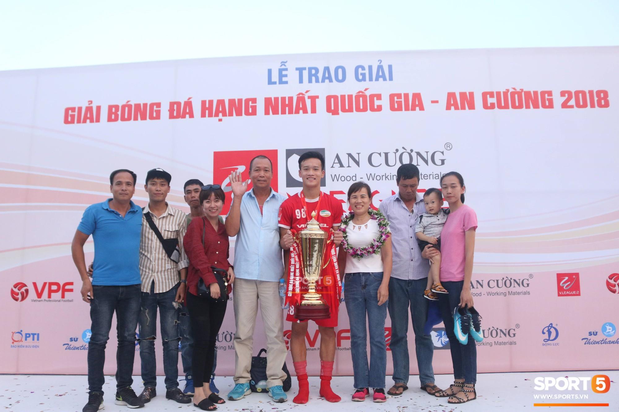 Tư Dũng sánh đôi cùng bạn gái trong ngày nhận Cúp vô địch hạng Nhất - Ảnh 9.