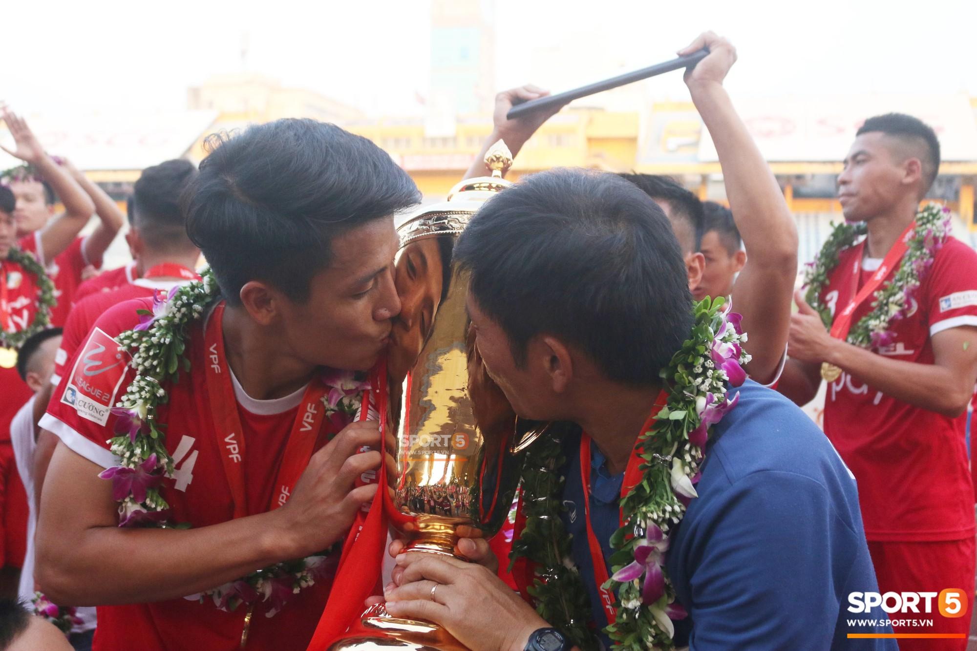 Tư Dũng sánh đôi cùng bạn gái trong ngày nhận Cúp vô địch hạng Nhất - Ảnh 10.