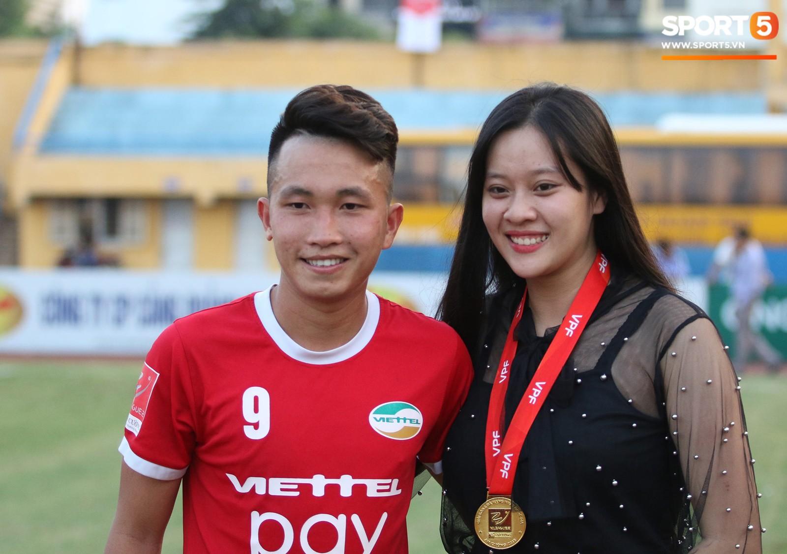 Tư Dũng sánh đôi cùng bạn gái trong ngày nhận Cúp vô địch hạng Nhất - Ảnh 8.