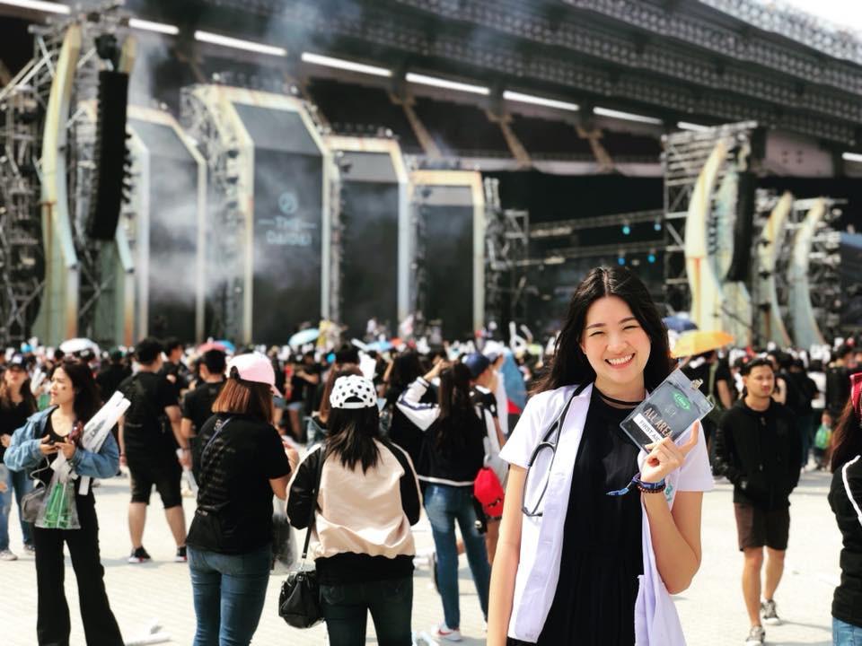 Bác sĩ của tuyển Thái Lan tại AFF Cup 2018 từng đăng quang Hoa hậu - Ảnh 1.