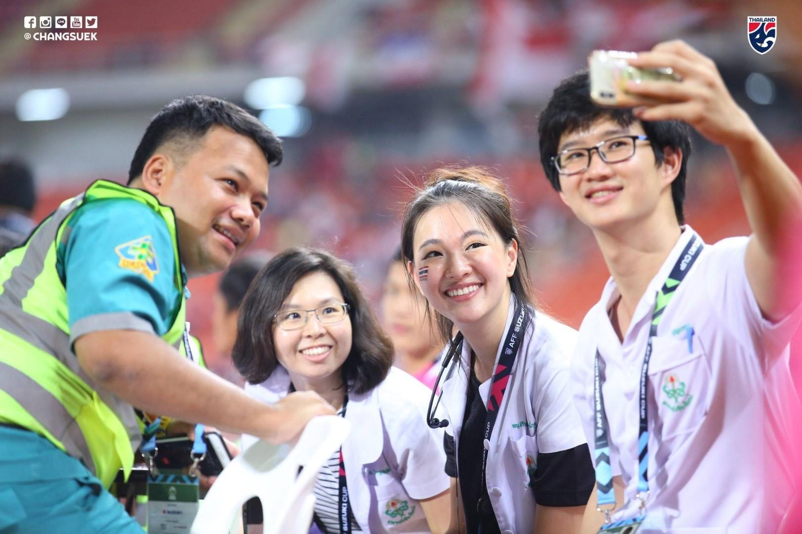 Bác sĩ của tuyển Thái Lan tại AFF Cup 2018 từng đăng quang Hoa hậu - Ảnh 2.