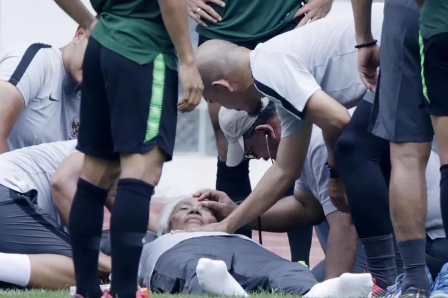 Giám đốc kỹ thuật của LĐBĐ Indonesia đổ gục bất tỉnh khi đến thăm hỏi đội tuyển trước thềm AFF Cup 2018 - Ảnh 1.