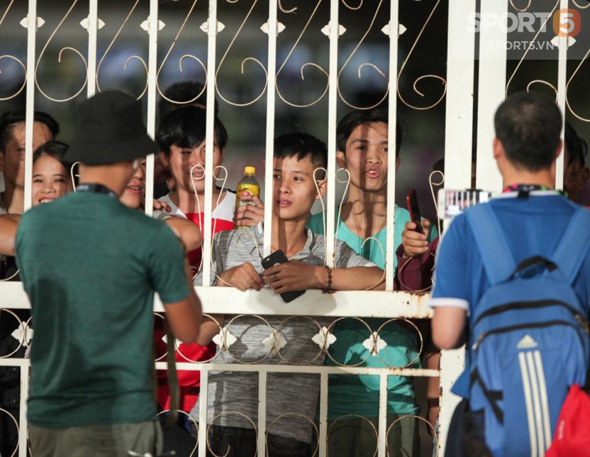 Tuyển Việt Nam tập kín: Fan girl xinh đẹp tiếc nuối, bất lực vì hàng rào ngăn cách ở sân thi đấu AFF Cup 2018 - Ảnh 2.