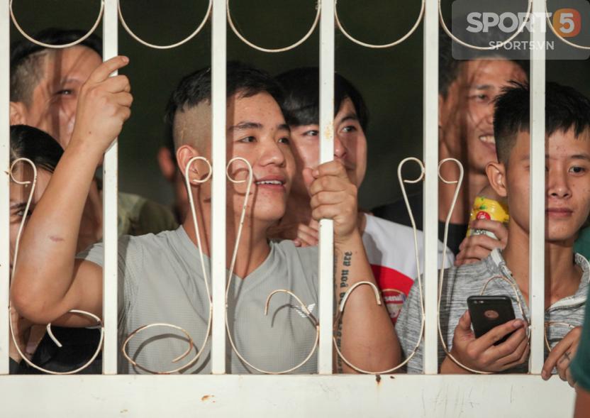 Tuyển Việt Nam tập kín: Fan girl xinh đẹp tiếc nuối, bất lực vì hàng rào ngăn cách ở sân thi đấu AFF Cup 2018 - Ảnh 3.