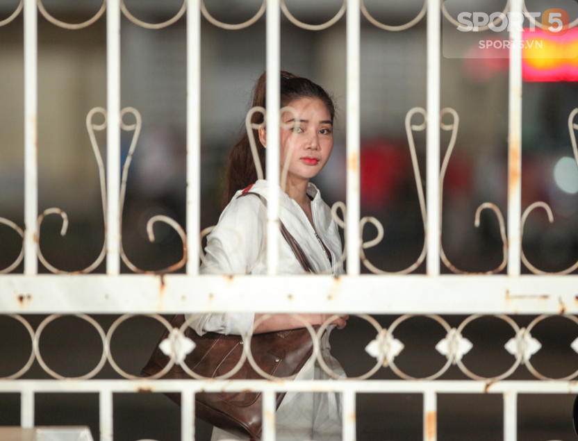 Tuyển Việt Nam tập kín: Fan girl xinh đẹp tiếc nuối, bất lực vì hàng rào ngăn cách ở sân thi đấu AFF Cup 2018 - Ảnh 4.