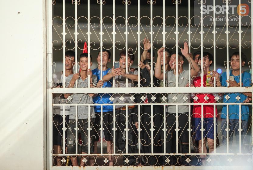 Tuyển Việt Nam tập kín: Fan girl xinh đẹp tiếc nuối, bất lực vì hàng rào ngăn cách ở sân thi đấu AFF Cup 2018 - Ảnh 1.