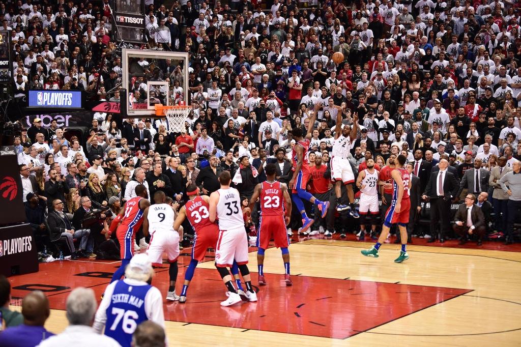 Khoảnh khắc lịch sử NBA: Cú buzzer-beater thần thánh dội vành rổ 4 lần rồi khiến cả nhà thi đấu từ hồi hộp nghẹt thở đến nổ tung - Ảnh 3.