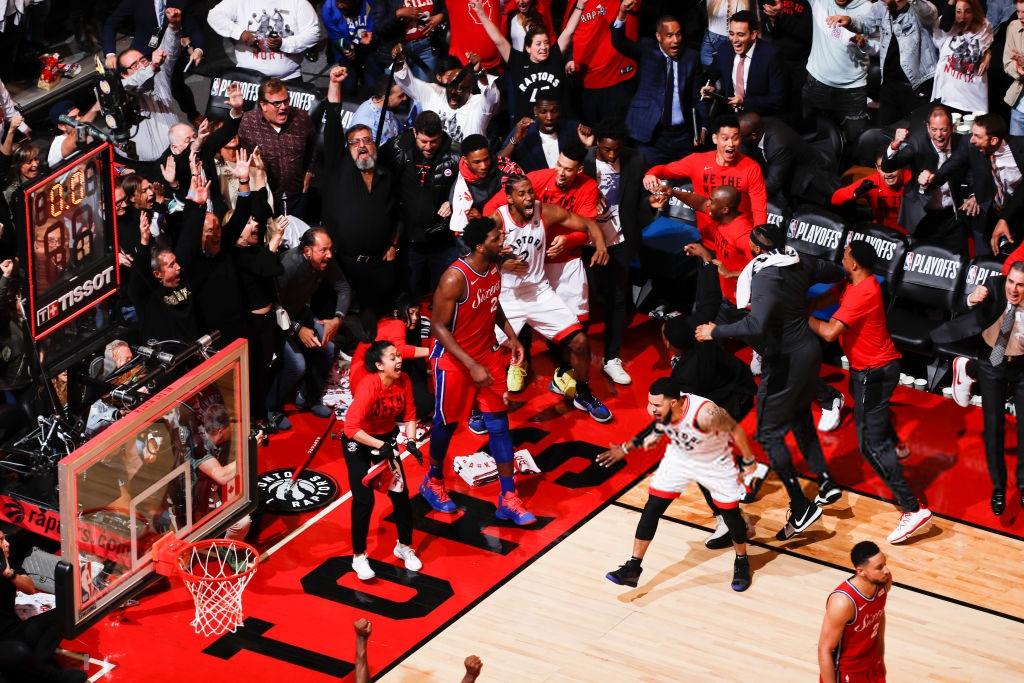 Khoảnh khắc lịch sử NBA: Cú buzzer-beater thần thánh dội vành rổ 4 lần rồi khiến cả nhà thi đấu từ hồi hộp nghẹt thở đến nổ tung - Ảnh 6.