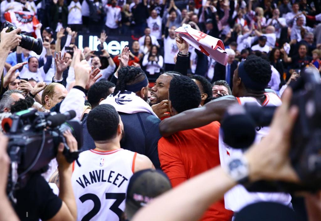 Khoảnh khắc lịch sử NBA: Cú buzzer-beater thần thánh dội vành rổ 4 lần rồi khiến cả nhà thi đấu từ hồi hộp nghẹt thở đến nổ tung - Ảnh 8.
