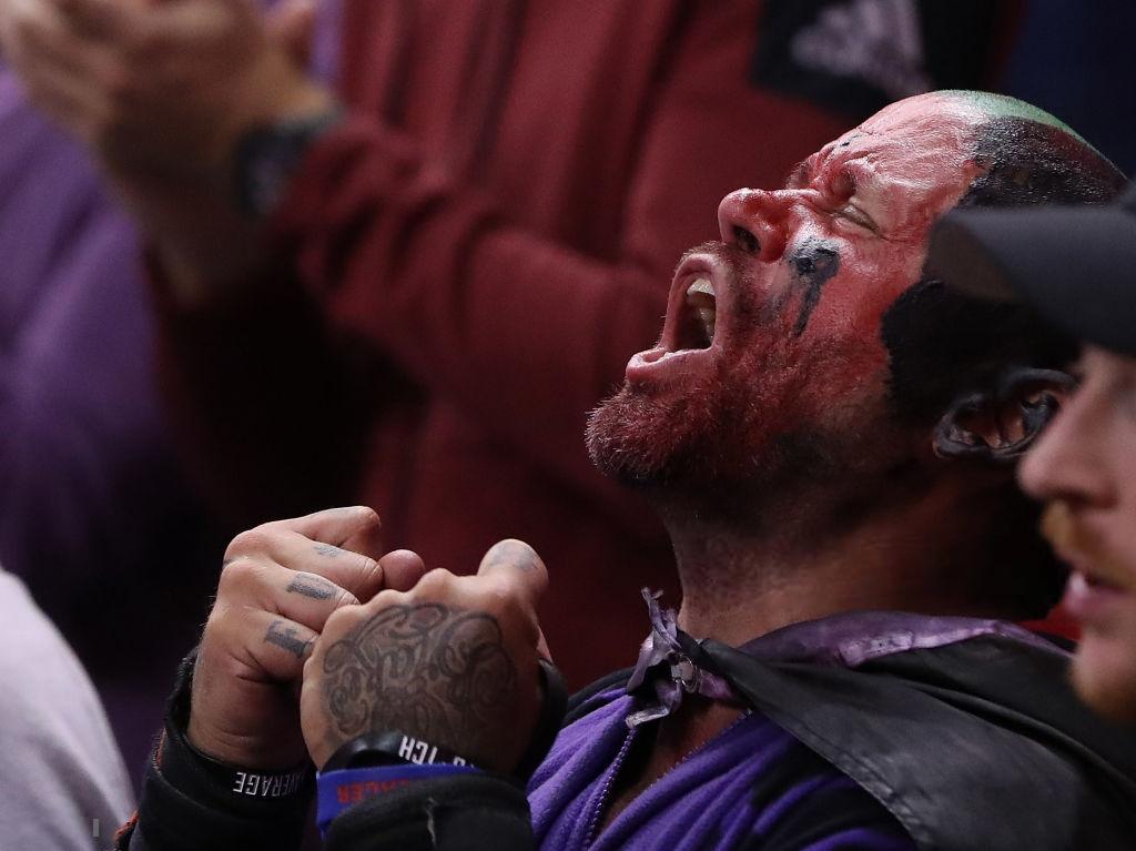 Khoảnh khắc lịch sử NBA: Cú buzzer-beater thần thánh dội vành rổ 4 lần rồi khiến cả nhà thi đấu từ hồi hộp nghẹt thở đến nổ tung - Ảnh 9.