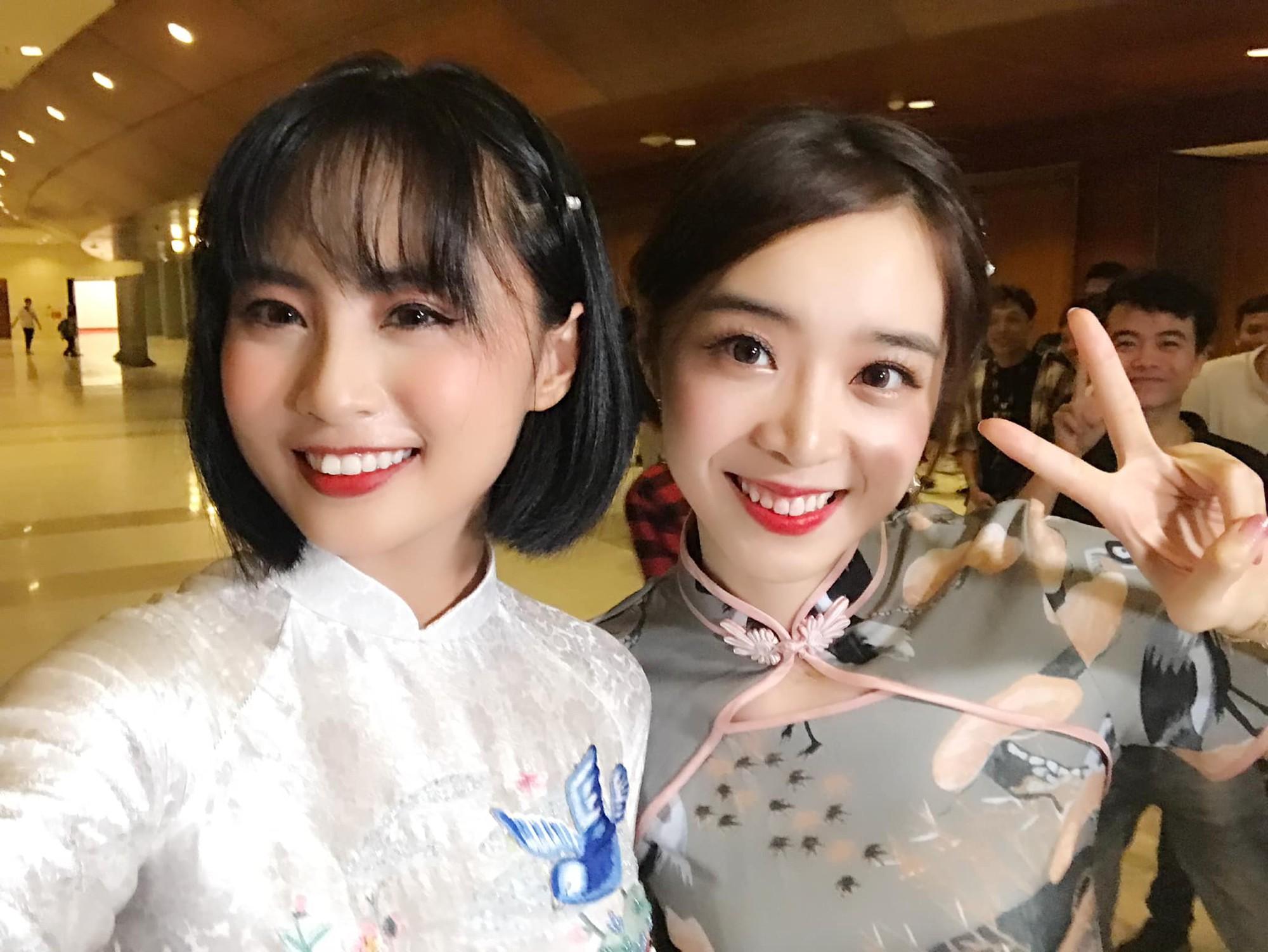 Vận tà áo dài thướt tha, hot MC của làng Liên Minh Huyền Thoại Việt Nam đẹp rạng ngời trong mắt phóng viên nước ngoài - Ảnh 5.