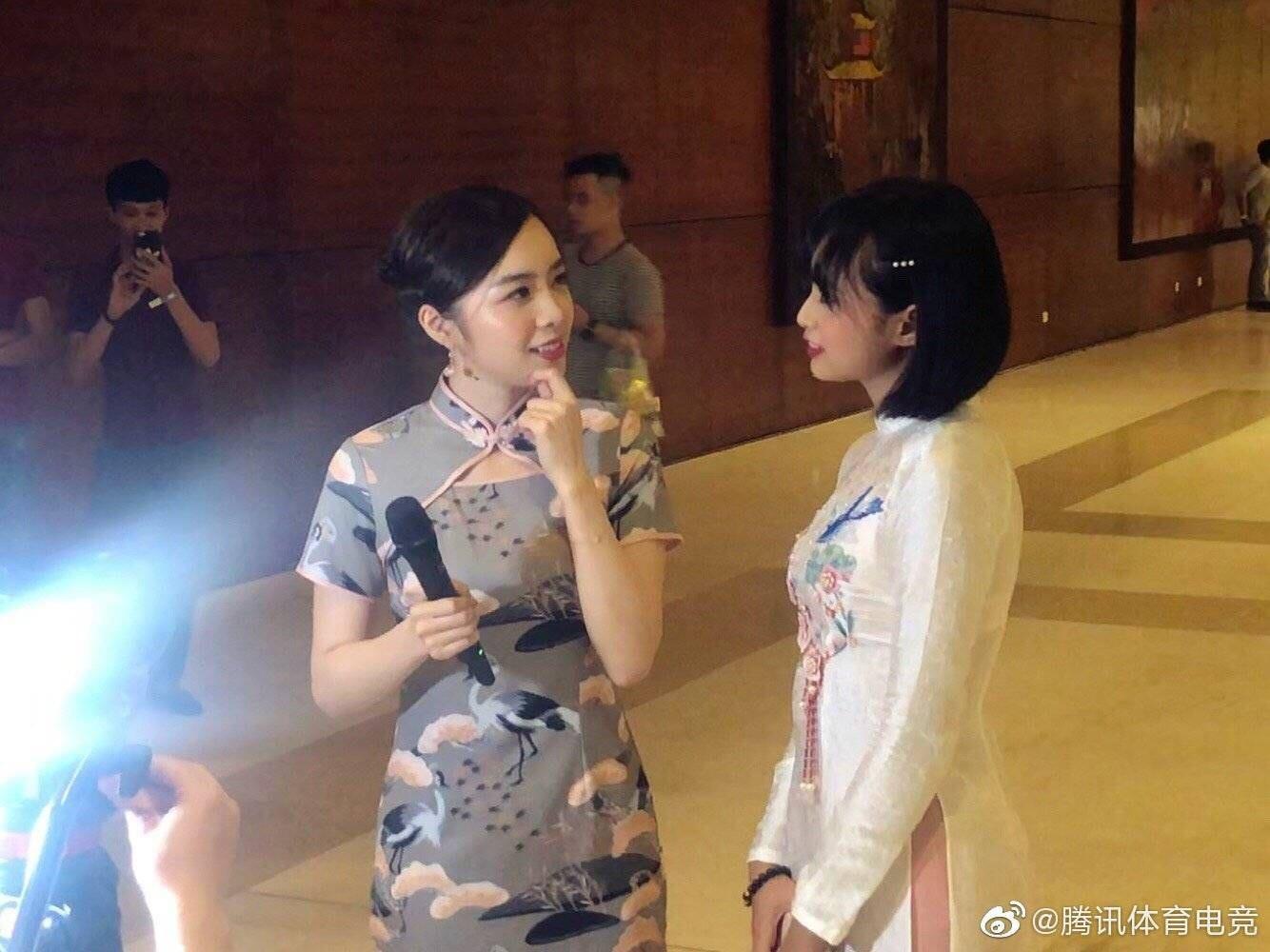 Vận tà áo dài thướt tha, hot MC của làng Liên Minh Huyền Thoại Việt Nam đẹp rạng ngời trong mắt phóng viên nước ngoài - Ảnh 6.