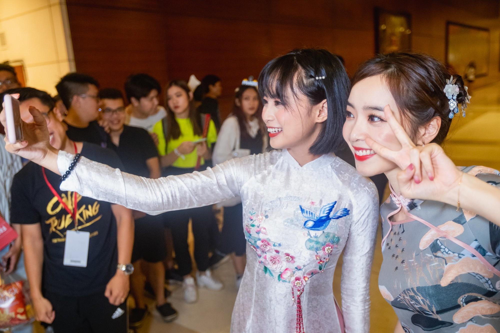 Vận tà áo dài thướt tha, hot MC của làng Liên Minh Huyền Thoại Việt Nam đẹp rạng ngời trong mắt phóng viên nước ngoài - Ảnh 7.