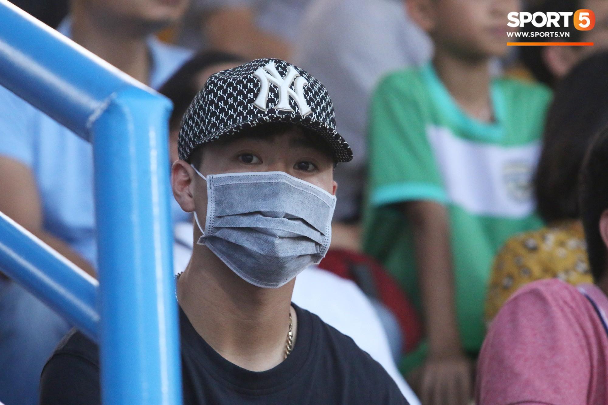 Duy Mạnh lặng lẽ theo dõi đồng đội thi đấu, vẫn bị fan nhí phát hiện vây kín - Ảnh 1.