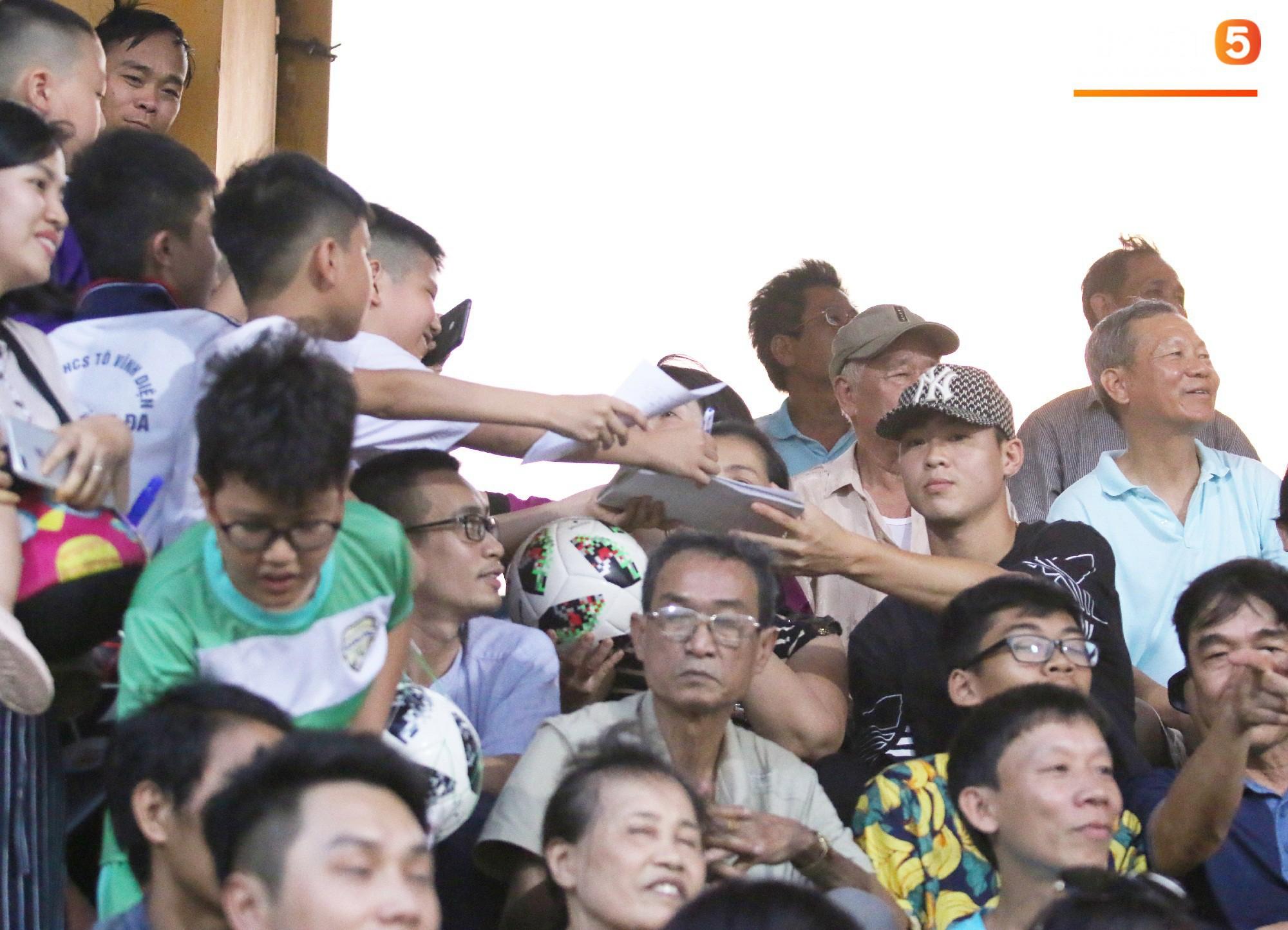Duy Mạnh lặng lẽ theo dõi đồng đội thi đấu, vẫn bị fan nhí phát hiện vây kín - Ảnh 2.