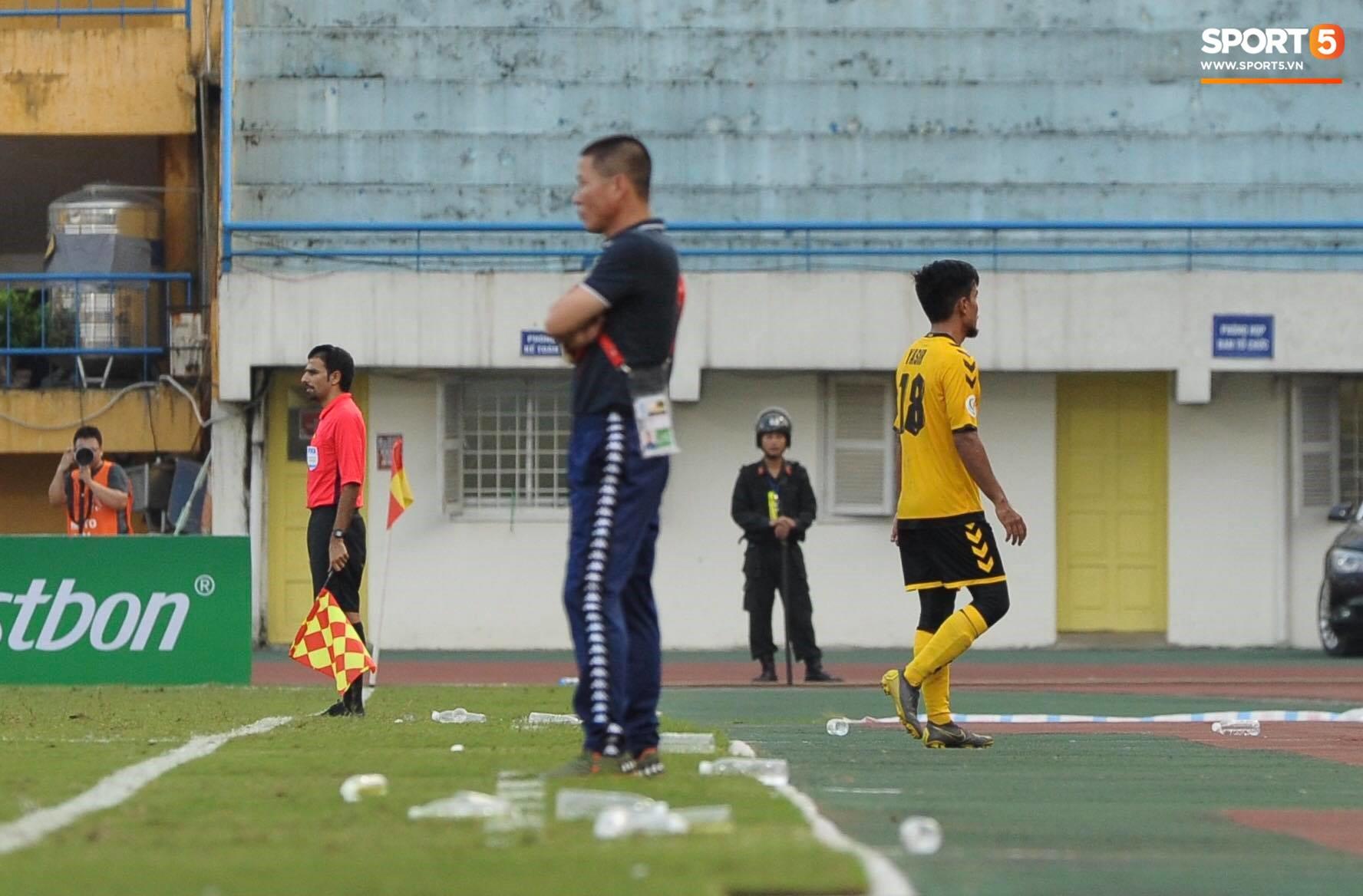 Dùng tiểu xảo với Đình Trọng, tiền vệ Singapore phải nhận thẻ đỏ ngậm ngùi rời sân - Ảnh 2.