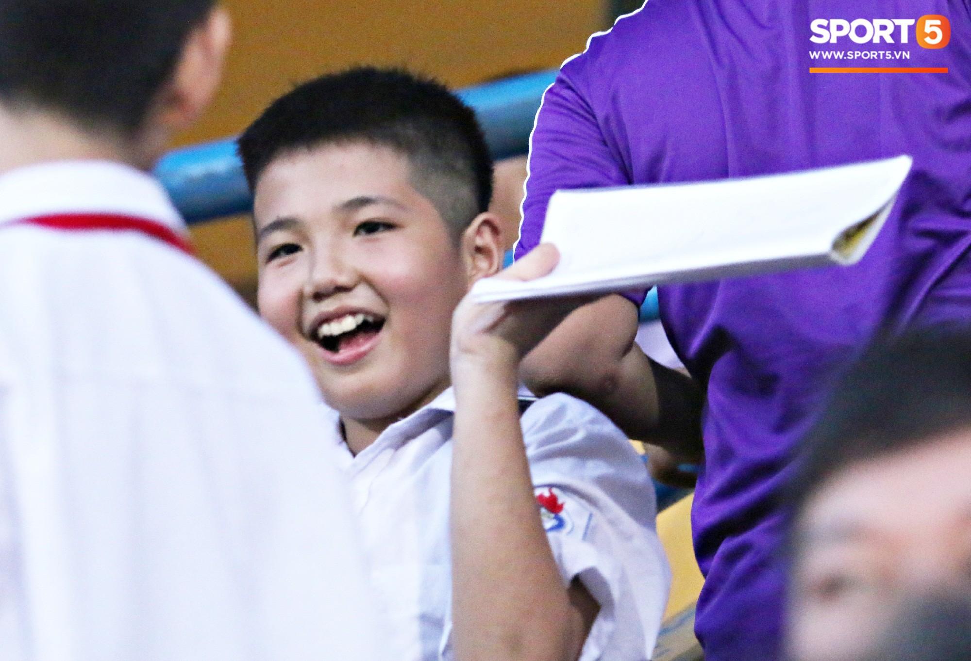 Duy Mạnh lặng lẽ theo dõi đồng đội thi đấu, vẫn bị fan nhí phát hiện vây kín - Ảnh 4.