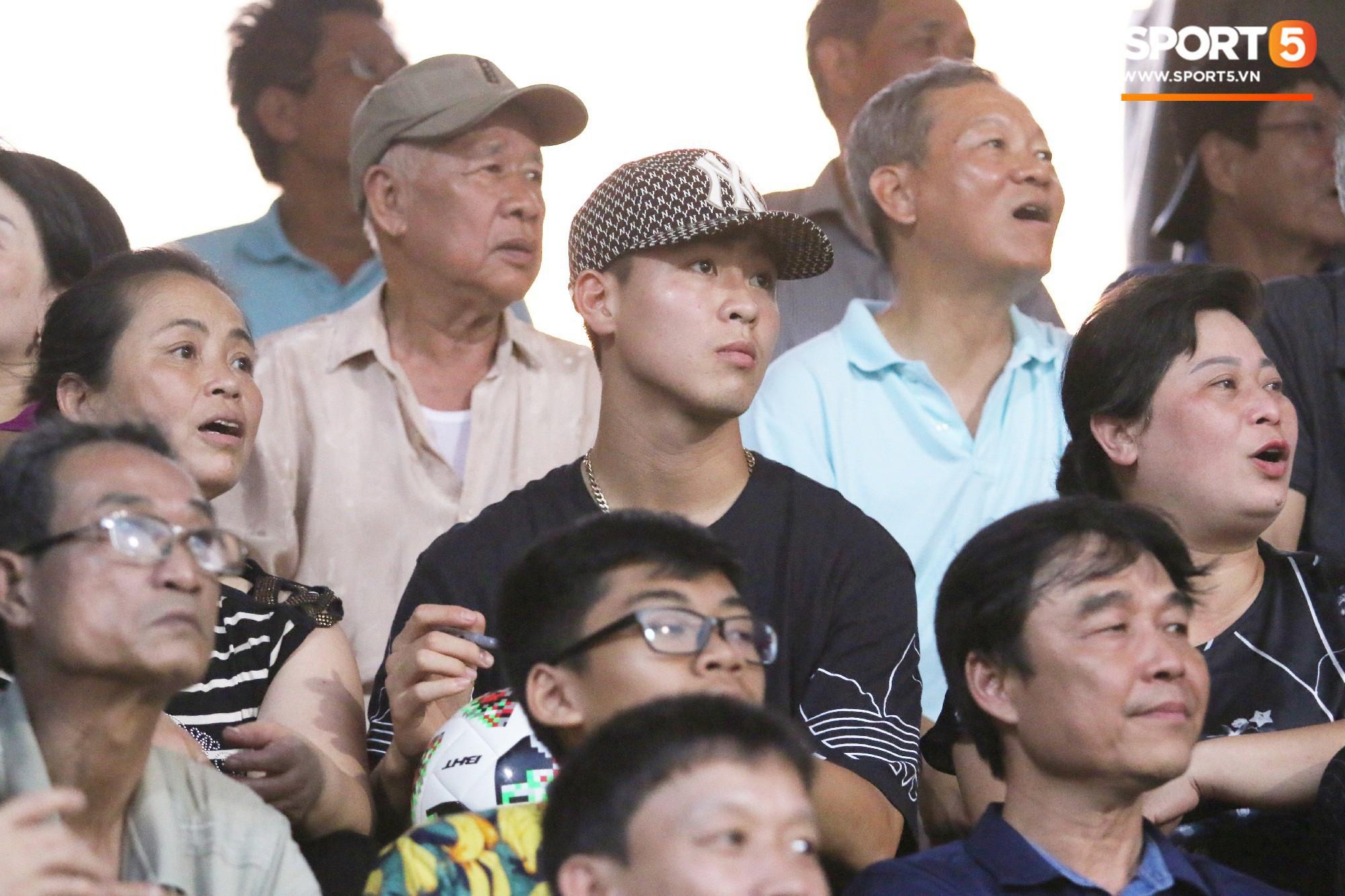 Duy Mạnh lặng lẽ theo dõi đồng đội thi đấu, vẫn bị fan nhí phát hiện vây kín - Ảnh 5.