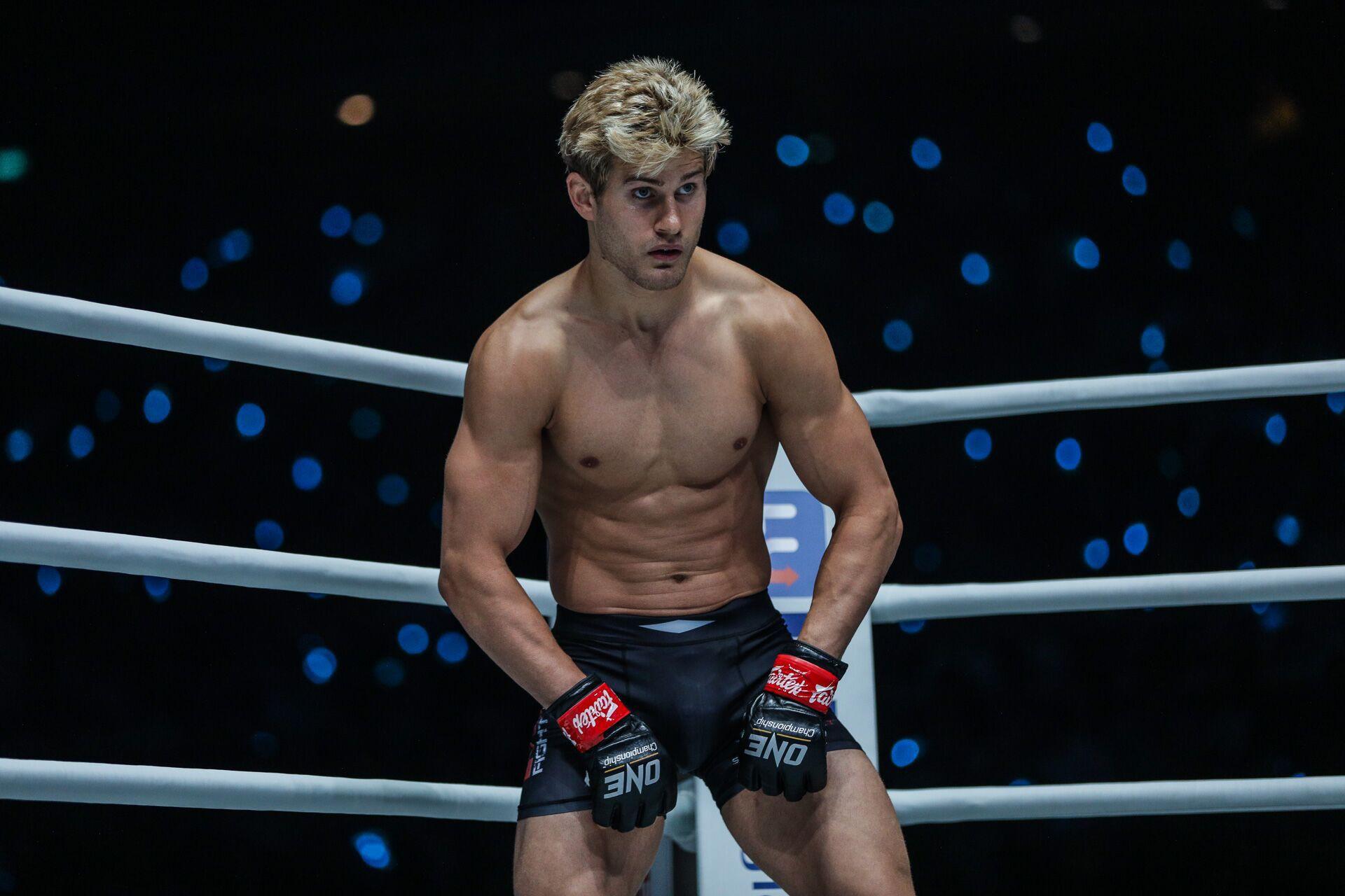 Soái ca 6 múi bị hạ sấp mặt trong ngày ra mắt giải MMA lớn nhất châu Á - Ảnh 1.