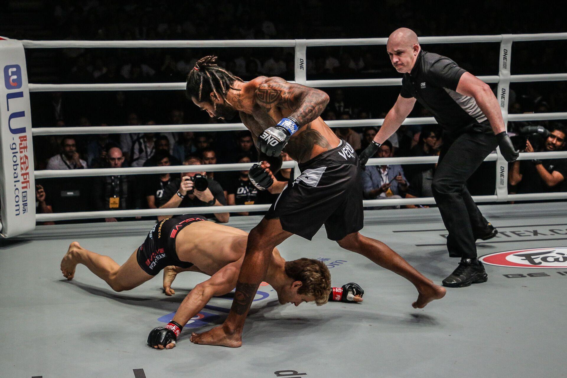 Soái ca 6 múi bị hạ sấp mặt trong ngày ra mắt giải MMA lớn nhất châu Á - Ảnh 3.