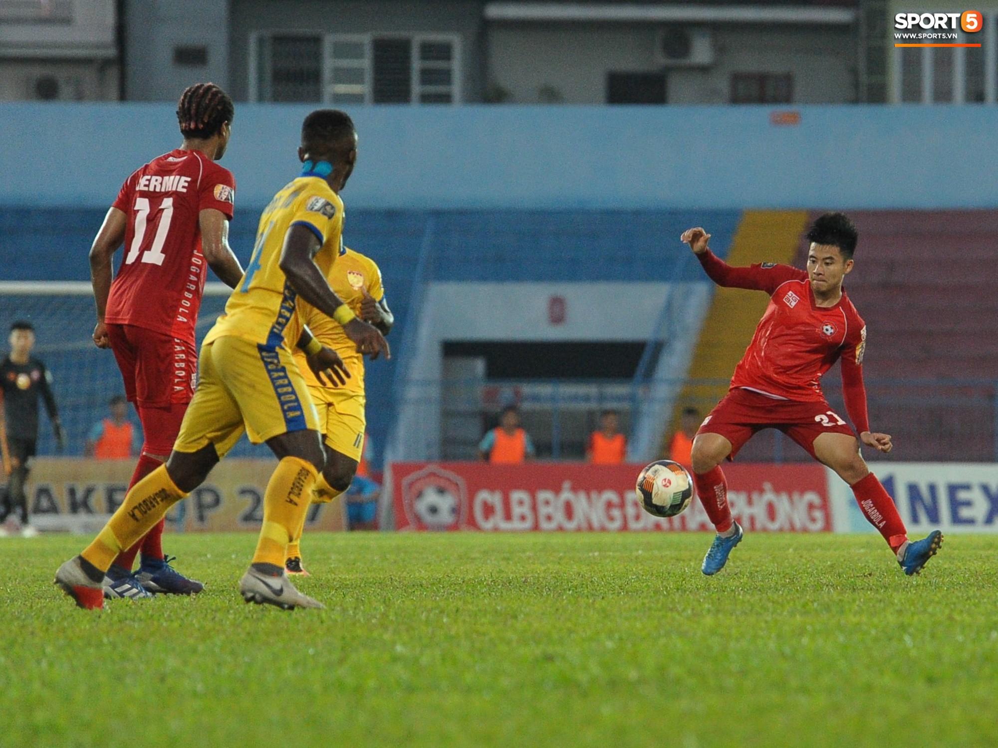 Hành động đẹp của cầu thủ Hải Phòng trong trận cầu nảy lửa với Thanh Hoá - Ảnh 1.