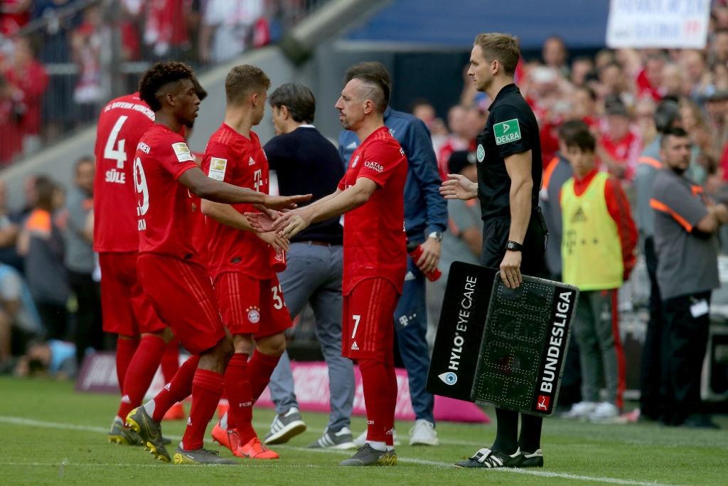 Khoảnh khắc cho thấy vẻ đẹp tuyệt vời của bóng đá: Hai huyền thoại của ông vua nước Đức xúc động nghẹn ngào, rơi lệ khi ghi bàn trong trận đấu cuối - Ảnh 3.