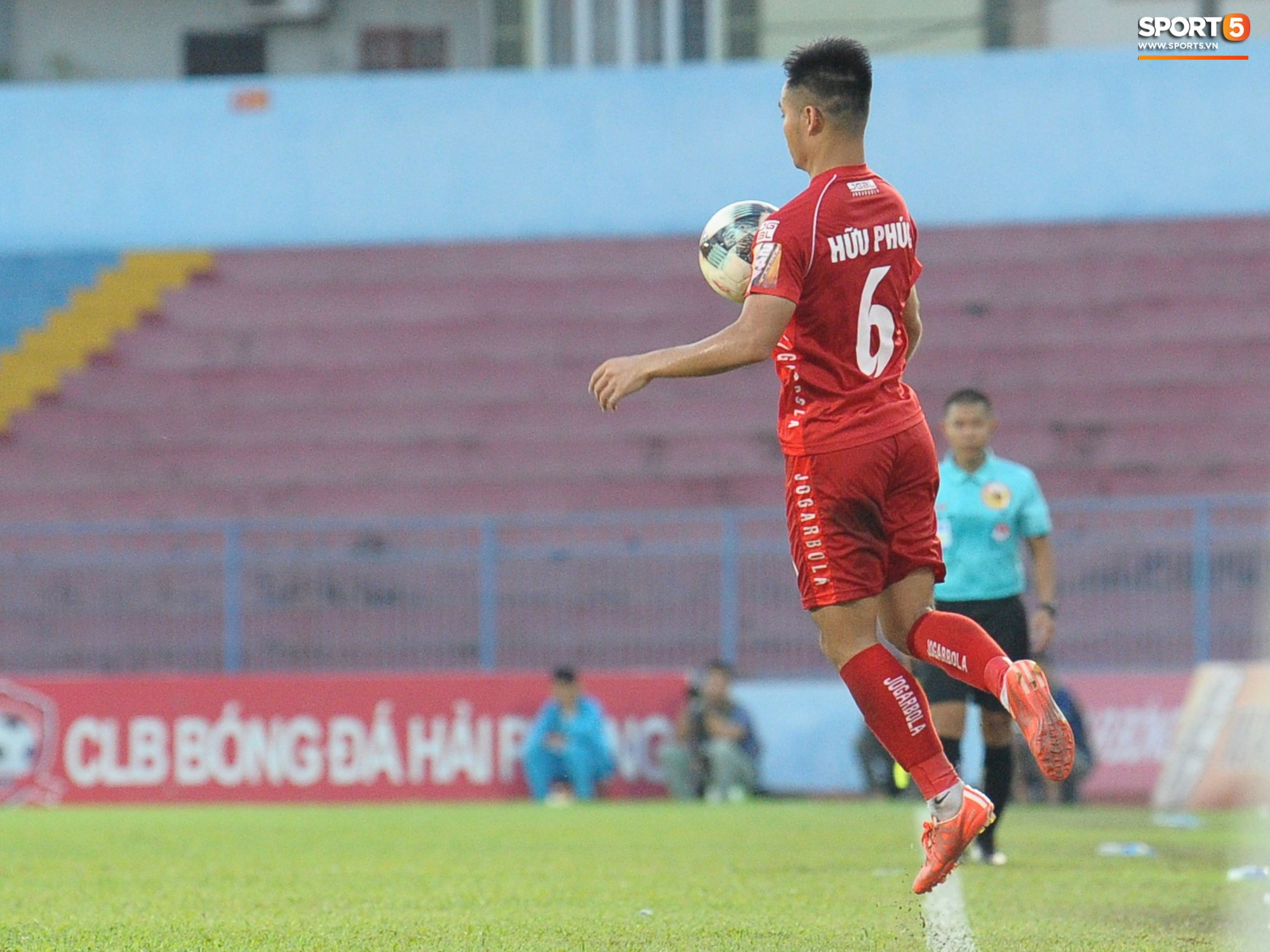 Hành động đẹp của cầu thủ Hải Phòng trong trận cầu nảy lửa với Thanh Hoá - Ảnh 2.