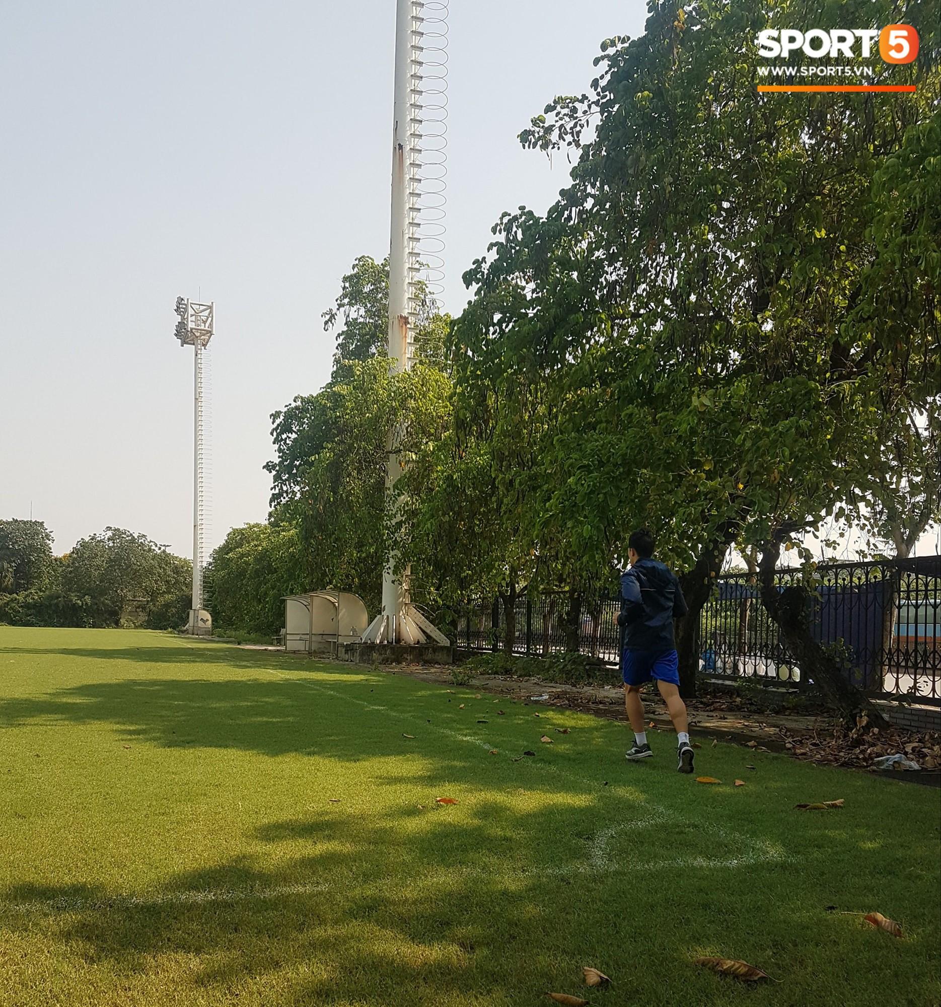 Đình Trọng một mình chạy duy trì thể lực giữa trưa nắng 40 độ C - Ảnh 2.