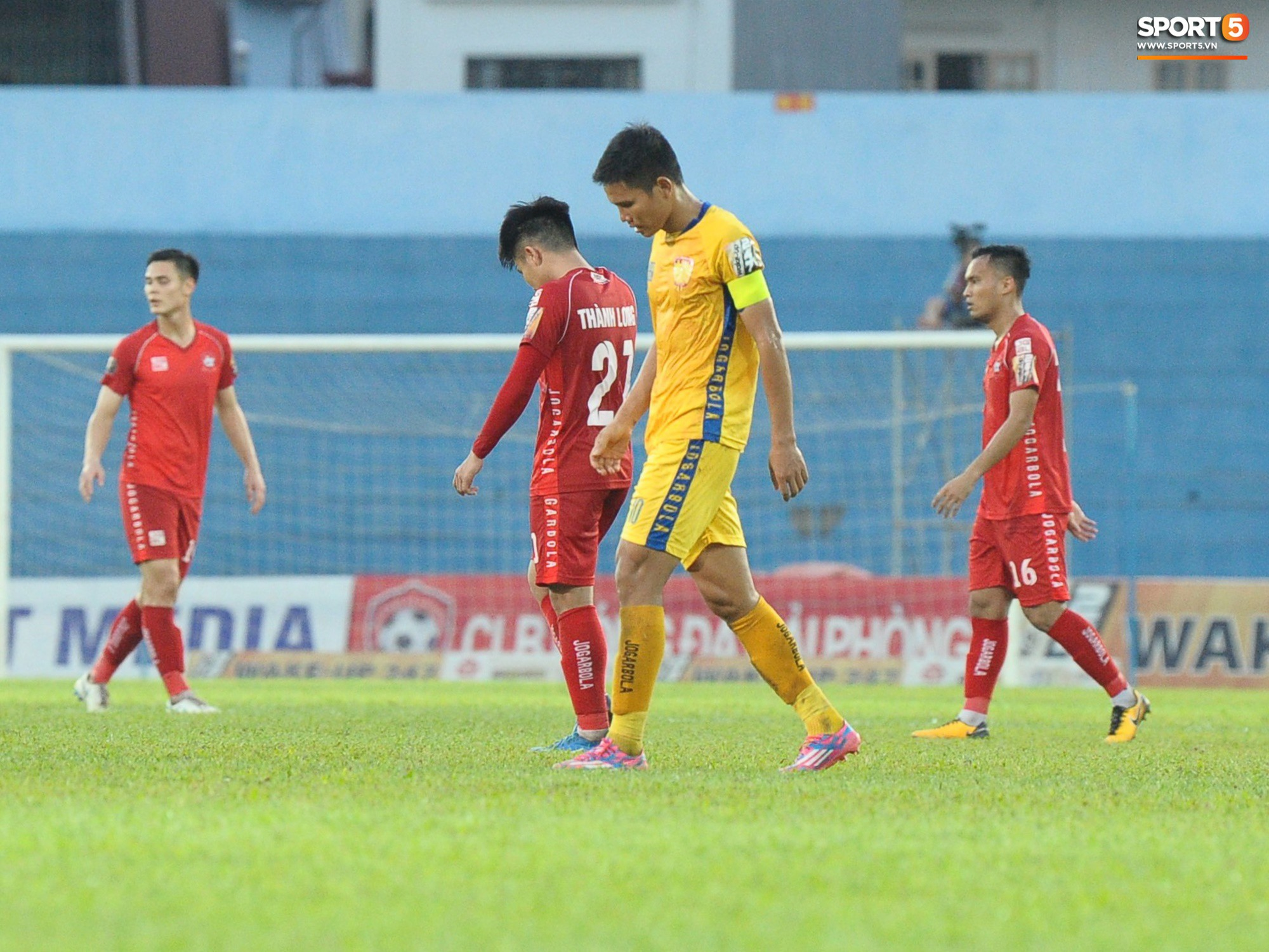 Hành động đẹp của cầu thủ Hải Phòng trong trận cầu nảy lửa với Thanh Hoá - Ảnh 3.