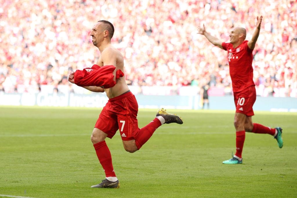 Khoảnh khắc cho thấy vẻ đẹp tuyệt vời của bóng đá: Hai huyền thoại của ông vua nước Đức xúc động nghẹn ngào, rơi lệ khi ghi bàn trong trận đấu cuối - Ảnh 5.