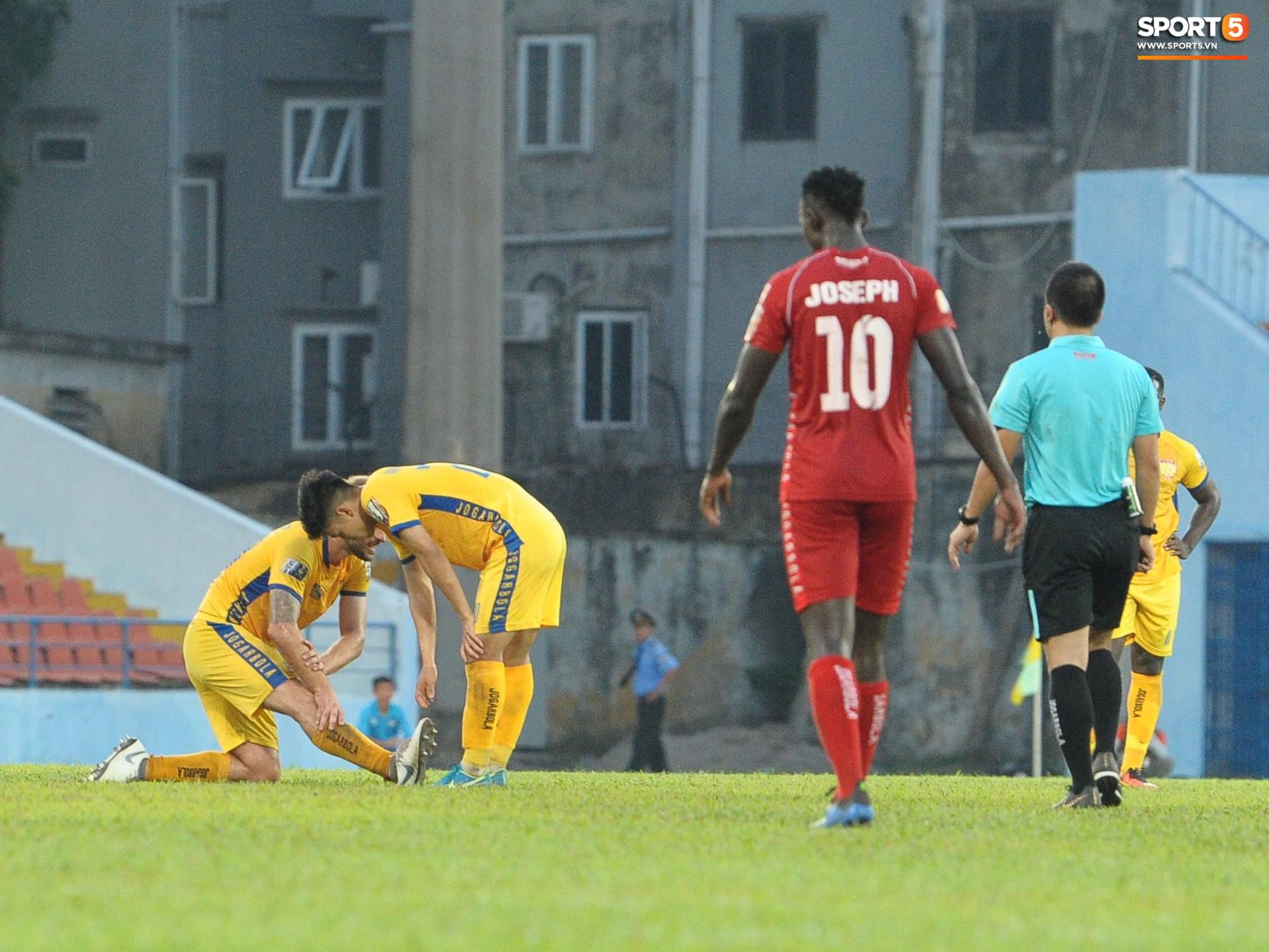 Hành động đẹp của cầu thủ Hải Phòng trong trận cầu nảy lửa với Thanh Hoá - Ảnh 4.