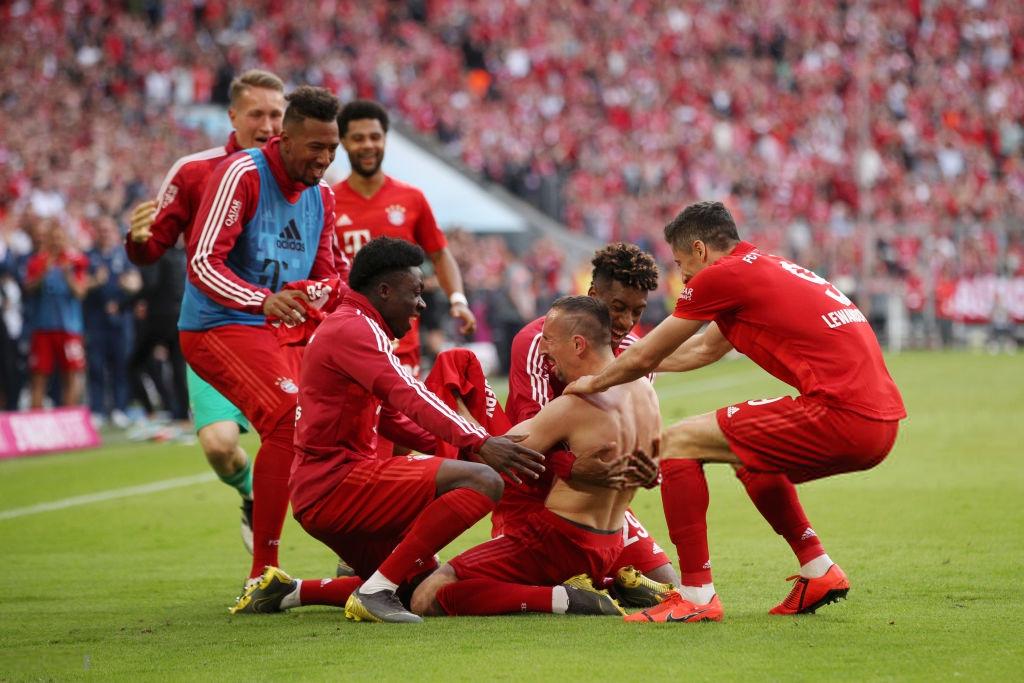 Khoảnh khắc cho thấy vẻ đẹp tuyệt vời của bóng đá: Hai huyền thoại của ông vua nước Đức xúc động nghẹn ngào, rơi lệ khi ghi bàn trong trận đấu cuối - Ảnh 6.