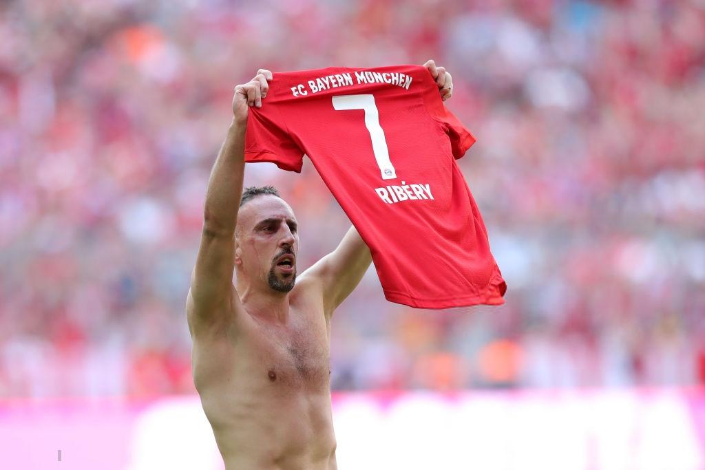 Khoảnh khắc cho thấy vẻ đẹp tuyệt vời của bóng đá: Hai huyền thoại của ông vua nước Đức xúc động nghẹn ngào, rơi lệ khi ghi bàn trong trận đấu cuối - Ảnh 7.