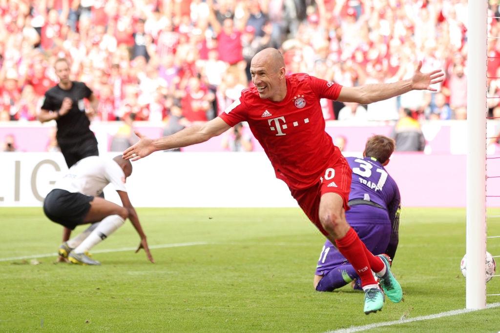 Khoảnh khắc cho thấy vẻ đẹp tuyệt vời của bóng đá: Hai huyền thoại của ông vua nước Đức xúc động nghẹn ngào, rơi lệ khi ghi bàn trong trận đấu cuối - Ảnh 8.