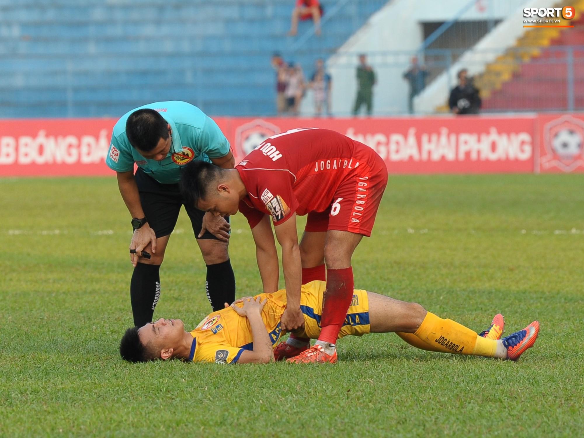 Hành động đẹp của cầu thủ Hải Phòng trong trận cầu nảy lửa với Thanh Hoá - Ảnh 9.