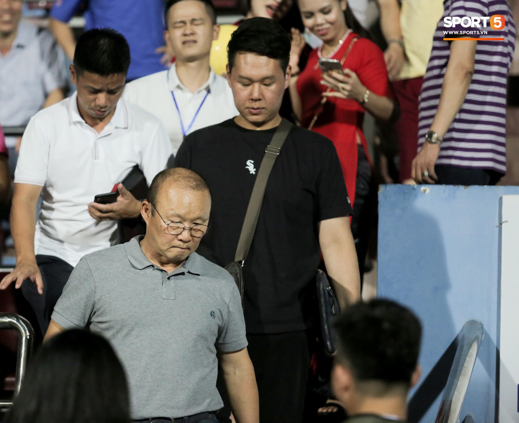 Được thầy Park an ủi, Đình Trọng vẫn buồn thiu khi đội nhà để thua đầy thất vọng - Ảnh 2.